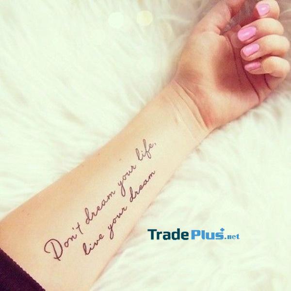 Hãy đừng mơ về cuộc sống của bạn, hãy sống trong giấc mơ của bạn, hãy đánh vần một cách khó hiểu trên cẳng tay của người đeo. Câu nói có ý nghĩa truyền cảm hứng cho các nhà quan sát và người đeo để theo đuổi đam mê của họ.