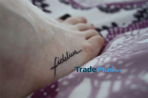 Theo cách ám chỉ Harry Potter, chữ Fidelius 'được xăm trên chân người đeo.